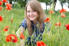 Mädchen mit roten Mohnblumen stockbilder