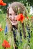 Mädchen mit roten Mohnblumen Lizenzfreie Stockfotos