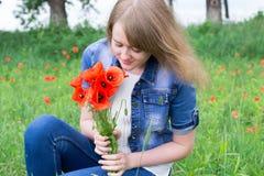 Mädchen mit roten Mohnblumen lizenzfreies stockfoto