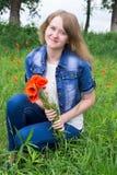 Mädchen mit roten Mohnblumen lizenzfreies stockbild