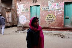 Mädchen mit roten Schal-Indien-Straßen Lizenzfreie Stockfotografie