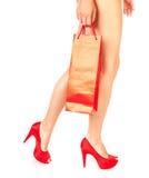 Mädchen mit roter Einkaufstasche Stockfoto