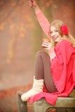 Mädchen mit roter Schale im Park Lizenzfreie Stockfotos