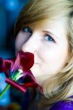 Mädchen mit roter Tulpe Stockfotos