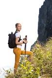 Mädchen mit Rucksack gehen Berg hinauf Stockfotografie