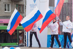 Mädchen mit russischen Flaggen auf dem Stadium Stockfotos