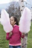 Mädchen mit Süßigkeitsglasschlacke in jeder Hand Lizenzfreie Stockfotos