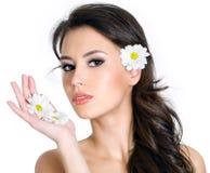 Mädchen mit sauberem frischem Gesicht und Blumen Lizenzfreie Stockfotografie
