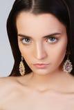 Mädchen mit sauberer Haut und schönem Gesicht Modell im Schmuck Lizenzfreies Stockfoto
