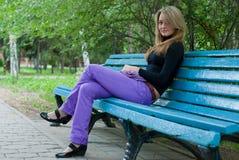 Mädchen mit Schal auf Bank Lizenzfreie Stockfotografie