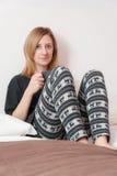 Mädchen mit Schale im Bett Lizenzfreie Stockfotos