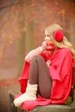 Mädchen mit Schale im Park Lizenzfreies Stockbild