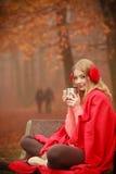 Mädchen mit Schale im Park Stockfoto