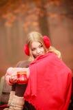 Mädchen mit Schale im Park Lizenzfreie Stockfotos