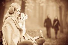 Mädchen mit Schale im Park Stockfotografie