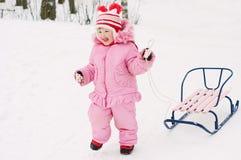 Mädchen mit Schlitten im Winter stockfotos