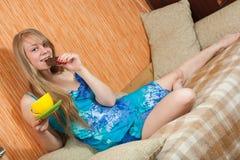 Mädchen mit Schokolade Lizenzfreies Stockfoto