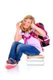 Mädchen mit Schultasche ein Stapel von Büchern mit dem Daumen oben Lizenzfreie Stockbilder