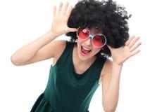 Mädchen mit schwarzem Afro- und Sonnenbrille Stockfoto
