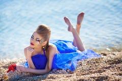 Mädchen mit Seashells auf dem Strand Lizenzfreie Stockbilder