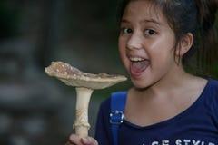 Mädchen mit sehr großem Pilz Stockfotos