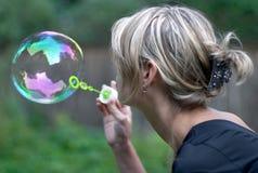 Mädchen mit Seifenluftblase Lizenzfreie Stockfotos