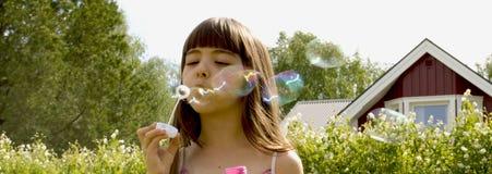 Mädchen mit Seifenluftblasen Lizenzfreie Stockfotos