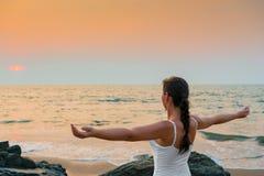 Mädchen mit seinen Händen verbreitete auseinander bei Sonnenuntergang lizenzfreie stockbilder
