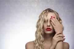 Mädchen mit sexy rotem Make-up Stockbilder