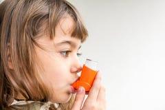 Mädchen mit sieben Jährigen, das asthmatisches Medizingesundheitswesen inha atmet Stockbild