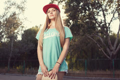Mädchen mit Skateboard Stockbilder