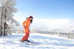 Mädchen mit Ski in der Winterlandschaft Lizenzfreies Stockbild