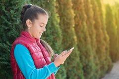 Mädchen mit smartphone Lizenzfreies Stockfoto