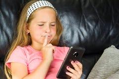 Mädchen mit smartphone Lizenzfreies Stockbild