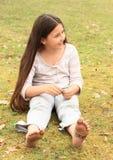 Mädchen mit smiley auf Zehen und Zeichen STOPPEN auf Sohlen Stockfotografie