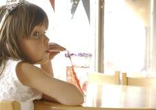 Mädchen mit Soda Lizenzfreie Stockfotos