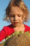 Mädchen mit Sonnenblume stockfotos