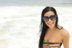 Mädchen mit Sonnenbrillen auf dem Strand Stockfotografie