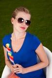 Mädchen mit Sonnenbrillen und einem Lutscher Stockbilder