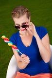 Mädchen mit Sonnenbrillen und einem Lutscher Stockfotografie