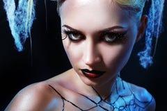 Mädchen mit Spinne auf Netz Lizenzfreie Stockfotografie