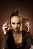 Mädchen mit Stäben der Schokolade stockbilder