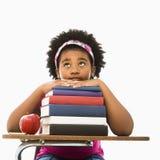Mädchen mit Stapel Büchern. Stockfotos