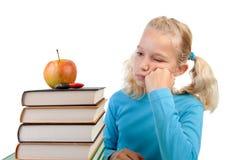 Mädchen mit Stapel der Bücher Stockbild