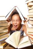 Mädchen mit Stapel der Bücher Lizenzfreie Stockfotos