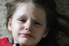 Mädchen mit Stichen stockfoto
