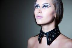 Mädchen mit stilvollem schwarzem Kragen Stockfotos