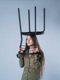 Mädchen mit Stuhl Stockfoto