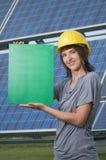 Mädchen mit Sturzhelm und Green Card Lizenzfreies Stockfoto