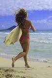 Mädchen mit Surfbrettbetrieb Lizenzfreies Stockfoto